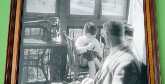 abuelo y nieto cosiendo